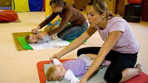 Pětiměsíční Karolínka Vísnerová si s maminkou Ivanou cvičení užívá.