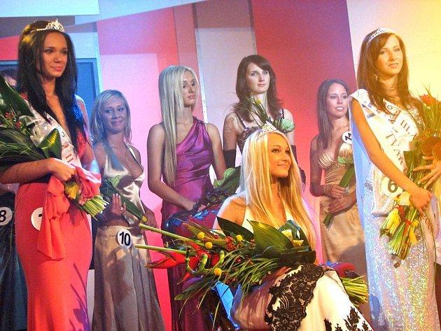 Do křesla královny usedla 16letá Andrea Švihovcová, po bohu jí stály (vlevo) 19letá Gabriela Dvořáková a 17letá Kateřina Holubová