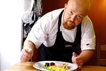 Marek Beck při přípravě kuřecí rolády plněné čerstvým špenátem a nádivkou podávaná s dýňovým pyré, vařenou červenou řepou, snítkou polníčku a  výhonky zeleného hrášku.