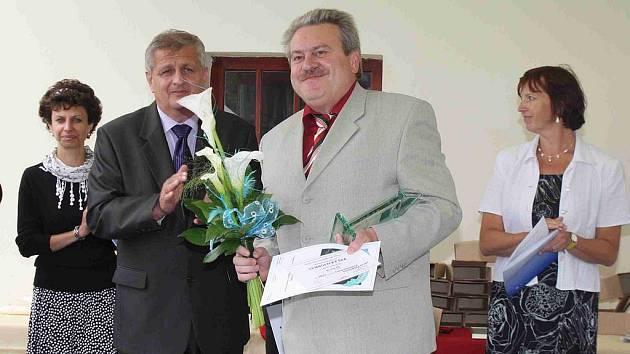 VLASTIMIL ANDERLE PŘEVZAL CENU HEJTMANA. Starosta Dílů (vpravo) si na ni musel počkat do samého konce ceremoniálu, o to větší pak měl radost. Tu s ním prý sdílel i 1. náměstek hejtmana Plzeňského kraje, Jaroslav Bauer (vlevo) z Domažlic.
