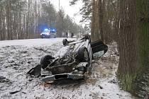 U Draženovské hory dostalo auto smyk a skončilo na střeše. Řidička vyvázla bez zranění.