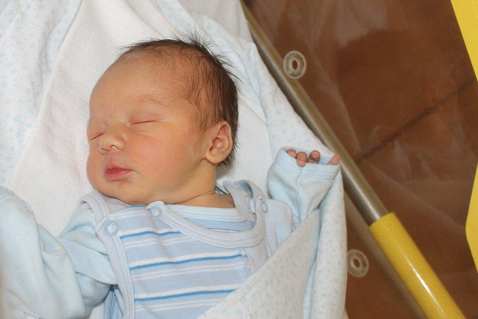 MATYÁŠ SMOLÍK z Luženiček (3550 g a 51 cm) se narodil 22. května v Domažlicích rodičům Veronice a Marianovi jako prvorozený.
