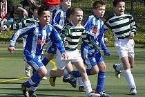 Jiří Brož z Jiskry Domažlice (uprostřed v dresu s vodorovnými pruhy) v utkání německo – české fotbalové školy s VFL Bochum.
