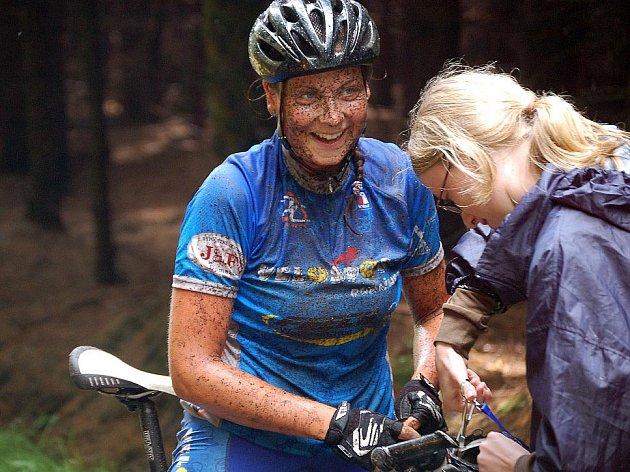 Závod na Korábu poznamenala průtrž. Bikerka domažlického Velosportu Božena Kučerová se v cíli přesto usmívala.
