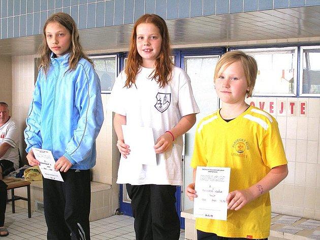 DOMAŽLIČTÍ PLAVCI V ÚSTÍ NAD LABEM. Na snímku vlevo je uprostřed vítězná Anna Budková.