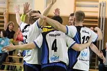 VOLEJBALISTÉ DOMAŽLIC, vítězové jedné ze skupin II. ligy, na úvod kvalifikace prohráli. V neděli hrají doma.