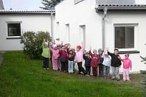 Holýšovští předškoláci před spojovací chodbou u jednoho z pavilonů školky.