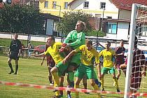 Fotbalisté Horšovského Týna (ve žluté) mají na svém kontě tři rezmízy ze tří zápasů