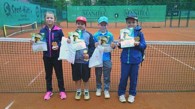 TENISOVÝ TURNAJ DĚTÍ. Na fotce zleva všichni semifinalisté – J. Hlavatá, F. Procházka, F. Šnejdar a A. Pivoňka.
