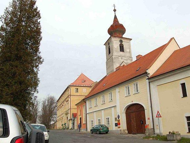 KOMPLEX TRHANOVSKÉHO ZÁMKU. Tvoří ho opravená budova obecního úřadu (zprava), kostel sv. J. Nepomuckého a hlavní zámecká budova.