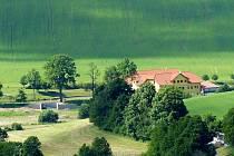 Od Tlumačova měla vést naučná stezka (zleva) k Podveskému mlýnu.