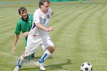 URPUTNÉ BOJE. Na snímku v bílem obehrává internacionál Milan Boháč jednoho z postřekovských hráčů. Boháč ve své aktivní kariéře působil v německém Amberku a v Benešově.