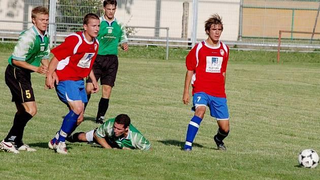 ZBYNĚK ČERNÝ (na zemi) v utkání s ´devatenáctkou´ Viktorie Plzeň poznal tvrdou hru mladších hráčů.