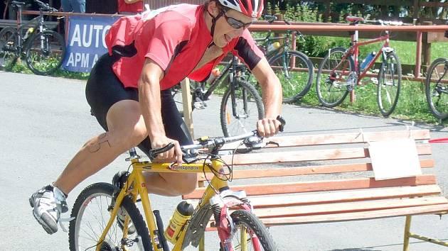 RYCHLOST V DEPU ROZHODOVALA. Po plavecké části se soutěžící rychle museli přeorientovat na cyklistiku. Některým to zpočátku dělalo problémy.
