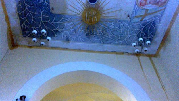 Do trhanovského kostela sv. Jana Nepomuckého zatéká.