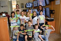 Děti ze školní družiny ZŠ Msgre B. Staška navštívily služebnu Městské policie Domažlice. Od strážníků dostaly dárek – reflexní pásky.