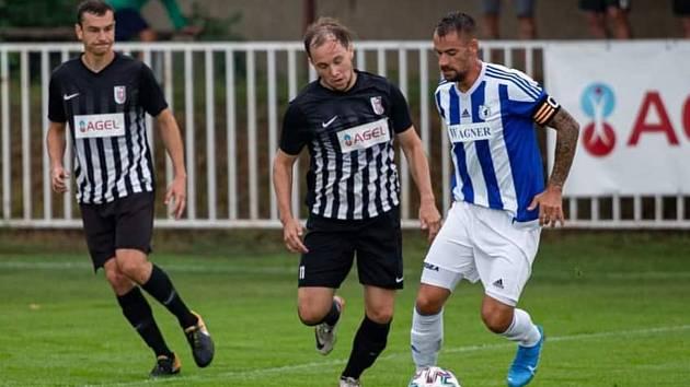 Domažlický kapitán Petr Mužík (v modrém) v sobotním pohárovém utkání MOL Cupu v Brandýse nad Labem.