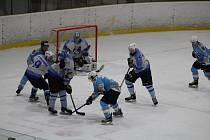 HC Domažlice (v bílém) - HC Stadion Cheb (v modrém) 4:6 (2:2, 1:3, 1:1).