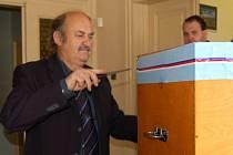 Je odvoleno a jdeme otvírat volební urny. Jiří Bor si vzal  raději nůž.