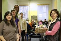 Pracovnice volnočasových klubů Duha s klienty při slavnostním otevření nové klubovny