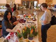 Květinové vazby, keramická zapichovátka, nazdobené kraslice i upletené pomlázky, tradiční vyseté osení i pletené postavičky s jarními motivy byly k vidění na sobotní Velikonoční výstavě, kterou v holýšovském kulturním domě uspořádali tamní zahrádkáři. Mís