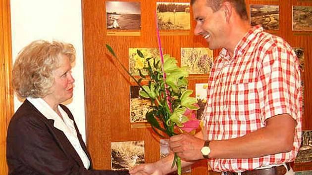 Miloslavě Šormové předal květiny při vernisáži výstavy ředitel Muzea Chodska Josef Nejdl.