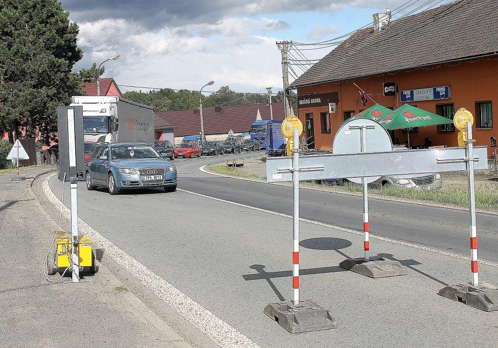 Doprava je v obci svedená do jednoho pruhu a řídí ji semafor.