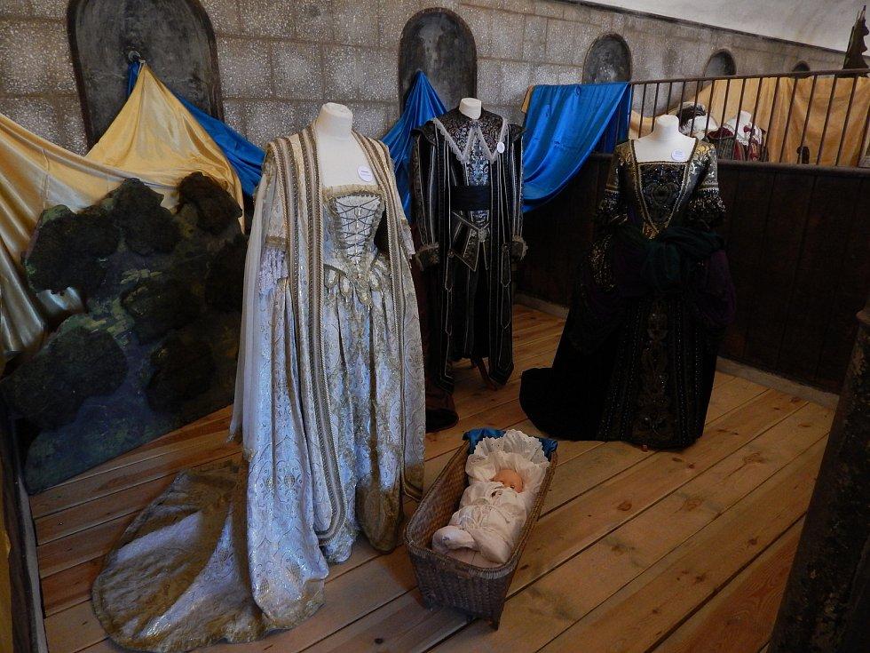 Výstava obsahuje kolem 50 kostýmů a k vidění jsou v prostorách někdejší konírny.