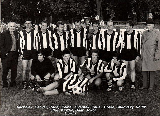 Jubilant Karel Bečvár na archivním snímku stojí druhý zleva.