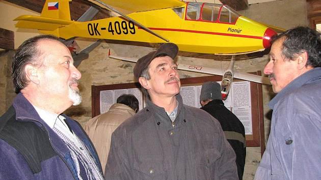 Zdeněk Drbal (vlevo) provázel od středy do neděle návštěvníky výstavy. Na Staré poště dokonce i spal.