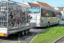 Speciální cyklobus turisty i cyklisty přiváží do Českého lesa, kde se mohou oddávat svým koníčkům.