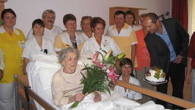Sté narozeniny oslavila Františka Andrlová. Je zároveň i první obyvatelkou Domova důchodců ve Kdyni, která se tu uvedeného jubilea dožila