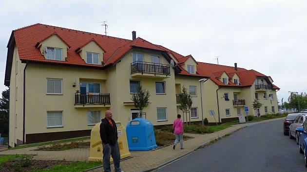 OBYVATELÉ TĚCHTO DOMŮ MAJÍ STÁLE OBROVSKOU STAROST. Jim i lidem žijícím ve třetí bytovce jde o střechu nad hlavou.