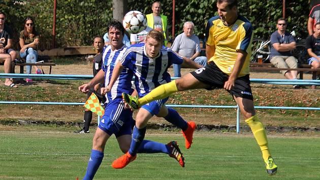 Daniel Černý střílí vyrovnávací gól Jiskry v utkání s Benátkami nad Jizerou.
