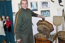 Pec pod Čerchovem. Dřevorubecké muzeum. Starosta Jan Riederer nám ukázal unikátní pračku.