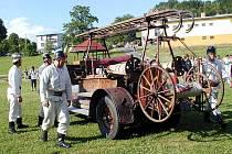 Kdyňští dobrovolní hasiči a jejich historická stříkačka ´Babička´ na jedné z předváděcích akcí. Automobilová stříkačka z roku 1925 je schopna díky jejich péči dostat se kamkoliv po vlastní ose a  je v provozuschopném stavu.