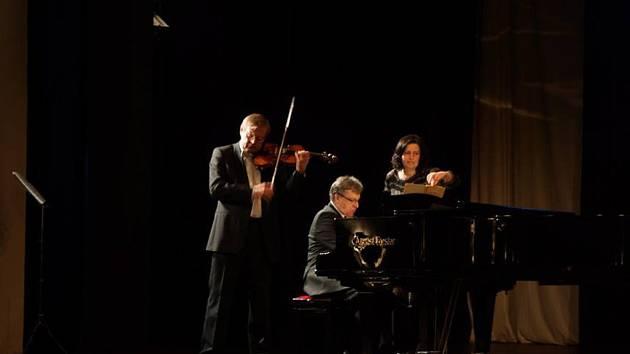 Houslista České filharmonie Miroslav Vilímec za klavírního doprovodu bratra Vladislava Vilímce vystoupili v úterý večer v domažlickém MKS.