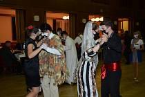 Taneční ve Staňkově bylo v kostýmech a rouškách.