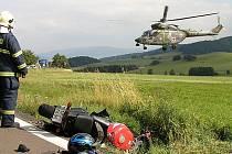 Zraněného motorkáře transportoval vrtulník do FN v Plzni. Foto: Luboš Mleziva