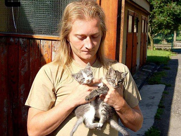 Marek Hodan ze Staňkova v roce 2009 zachránil dvě koťata, která někdo zavázal do igelitové tašky a pohodil v Týnských hájích.