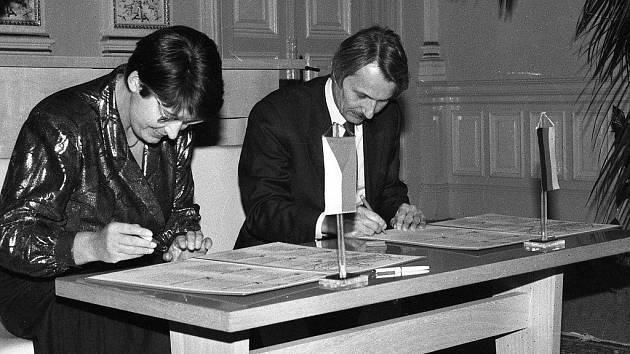 20. LISTOPADU 1990. V obřadní síni domažlické radnice podpisují partnerskou smlouvu starostové Jaroslava Wollerová a Reinhold Macho.