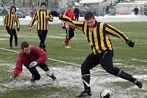 ´Kolovečský tank´ Jan Souček v jedné z šancí Slavoje Koloveč B v duelu s FC Dynamo H. Týn B.