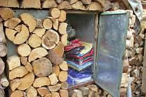 Skrýš padělků, kterou policisté objevili v tržnici na Lískové.