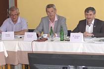 ZE STŘEDEČNÍHO ZASEDÁNÍ DOMAŽLICKÝCH ZASTUPITELŮ. Na snímku zleva Jaroslav Bauer, Ivo Kadlec a Stanislav Antoš.