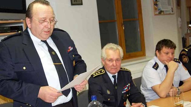 Valnou hromadu vedl jednatel Josef Jírovec (uprostřed), zahájil ji 2. starosta sboru Vladislav Pačesný (vlevo) a příspěvek o práci sboru přednesl jeho velitel Miloslav Mathauser.