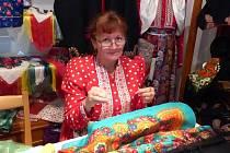 MARIE LANGOVÁ. Ženu z Postřekova živí šití chodských krojů, proto má nyní naspěch, aby vyhověla všem, kteří chtějí být v neděli o masopustním Kytičkovém průvodu krojovaní.