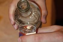 Popíjení může zapříčinit zapomnětlivost.