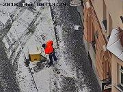 DOHLED.  Na odsouzené k obecně prospěšným pracím dohlíží operátoři kamerového systému i strážníci v terénu.