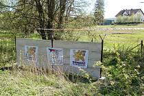 Stavění symbolického plotu s ostnatým drátem ve Švarcavě.