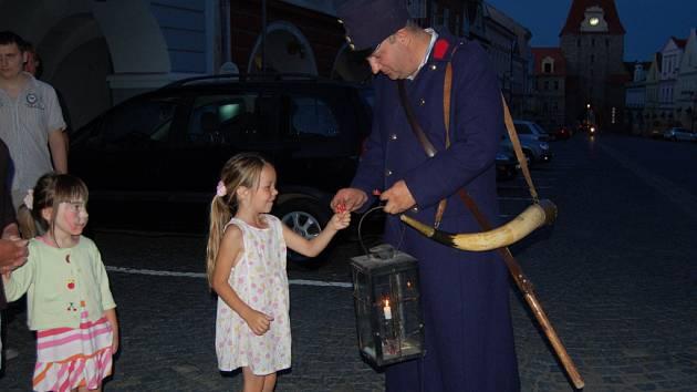 Domažlický ponocný Roman Holub dostal od malé obdivovatelky kytičku.